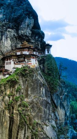 tigresa: Taktsang Lakhang monasterio nido también conocido como tigre, Bhután