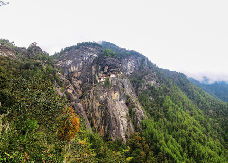 tigresa: Panorama del valle de Paro y el monasterio nido también conocido como tigre Taktsang Lakhang, Bhután