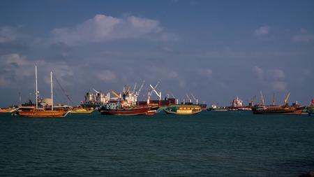船舶と貨物クレーン ジブチ港のパノラマ 写真素材