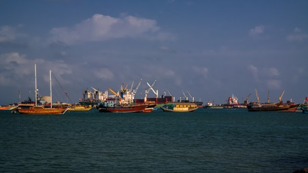 Panorama du port de Djibouti avec des navires et une grue de chargement Banque d'images - 72157563
