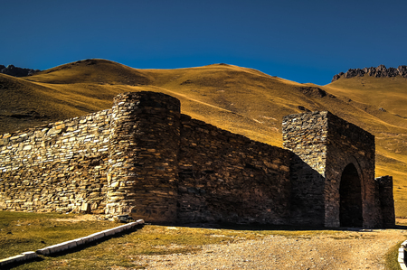 키르기스스탄, Naryn 지방의 Tian Shan 산에서 Tash Rabat caravanserai 스톡 콘텐츠 - 74357588