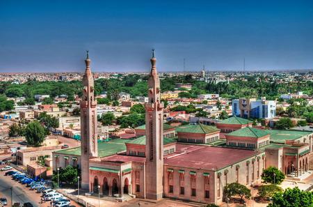 모리타니의 누악 쇼트 (Nouakchott)에있는 그랜드 모스크 (Grand Mosque)에 공중보기