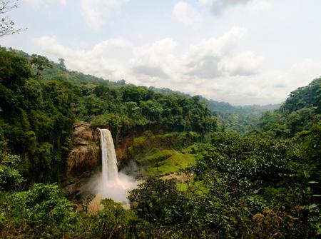 Nkam 川、カメルーンの Ekom 滝の主なカスケードのパノラマ