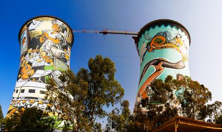 旧動力、冷却塔、ベースジャンピングのタワーになって。ヨハネスブルグ ソウェトに位置しています。南アフリカ 報道画像