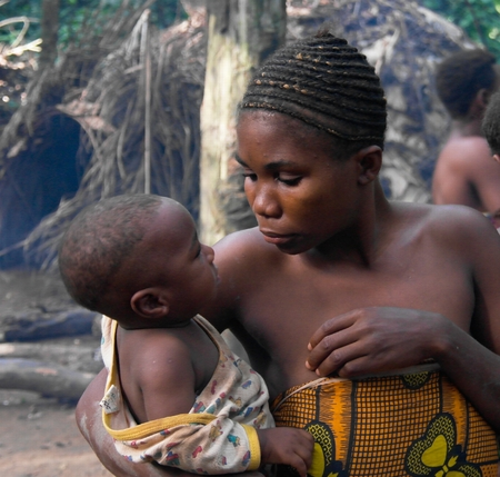 Portrait of Baka pigmy woman with child, Dja Reserve, Cameroon Редакционное