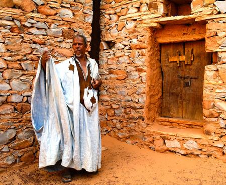 Portrait of mauritanian man in national costume boubou or derraa in Chinguetti, Mauritania Editoriali