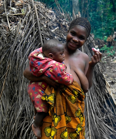 Portrait of Baka pigmy woman with child - 04-03-2014 Dja Reserve, Cameroon