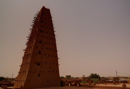 Exterior view to Grand mosque of Agadez in Niger Imagens