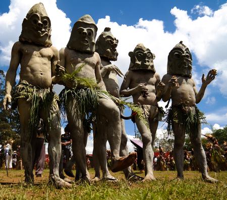 パプアニューギニアのマウント・ハーゲン・フェスティバルに Asaro Mudman 部族男性 写真素材
