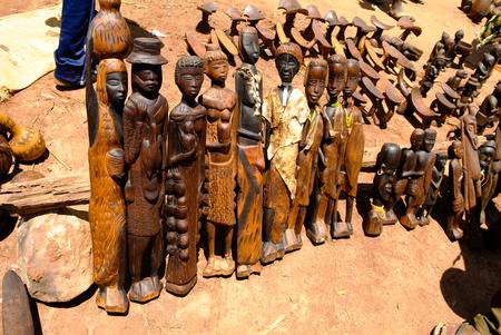 Traditioneel beeldje bij ambachten lokale markt Kei Afer bij Omo-vallei, Ethiopië Stockfoto