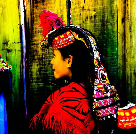 Portrait of Kalash tribe woman in national costume at Joshi fest - 14-05-2015 Bumburet, Kunar, Pakistan 에디토리얼