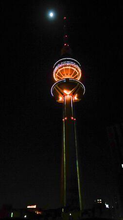 Night Exterior view to Kuwait Telecommunications Tower aka Liberation Tower - 07 January 2015 Kuwait 에디토리얼