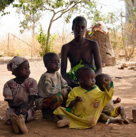 Portrait Dowayo aka Duru tribe family - 25 february 2014 Poli, Cameroon 에디토리얼