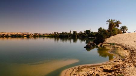 Panoramisch uitzicht op de Teli-meergroep van de Ounianga Serir-meren, Ennedi, Tsjaad Stockfoto