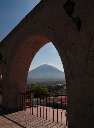 Panoramic view to Misti mountain and Arequipa city from Yanahuara viewpoint in Arequipa, Peru 版權商用圖片