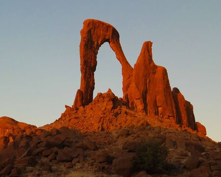 Abstract Rock formation at plateau Ennedi aka window arch at sunset, in Chad Stockfoto