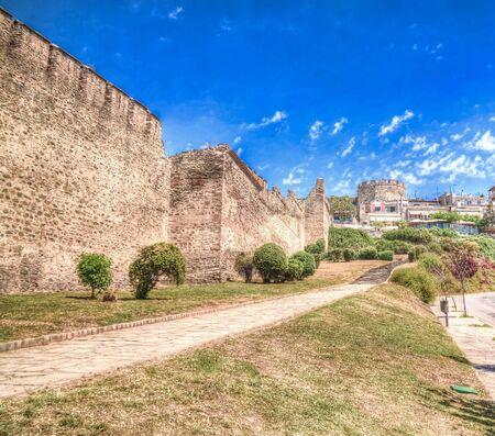 Vistas a la antigua muralla y la torre Trigoniu en Tesalónica en Grecia Foto de archivo