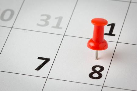 calendrier: Concept image d'un calendrier avec des punaises rouges. Disponible en haute r�solution Banque d'images