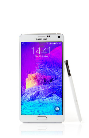 samsung galaxy: Istanbul, Turkei - October 25. 2014: Samsung Galaxy Note 4 with clipping path