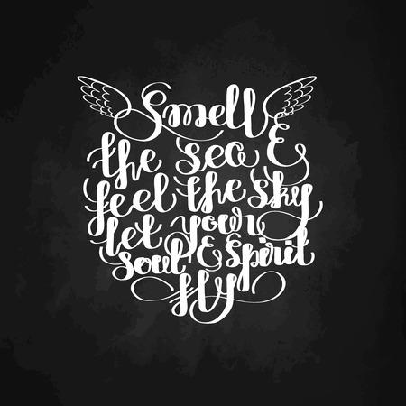 바다 냄새와 하늘을 느끼고, 당신의 영혼과 정신 비행 할 수 있습니다. 그래픽 바다 견적. 벡터 문자는 칠판에 고립입니다. 인쇄 디자인에 대한 필기 비