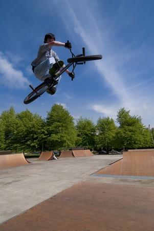 stunts: Bmx Table Top su un skatepark.  Archivio Fotografico