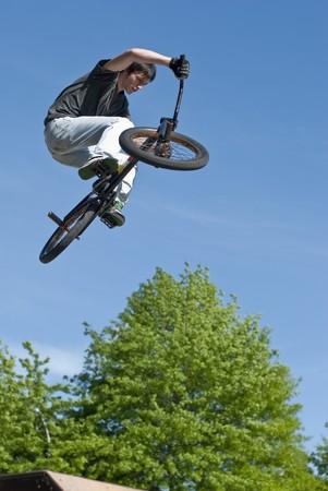 stunts: Bmx Bike Stunt su un skatepark.  Archivio Fotografico