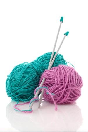 gomitoli di lana: Palle di verde e rosa, maglia di lana o filati, con argento knitting needles.