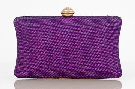 Elegante bolso de embrague de color púrpura. Foto de archivo