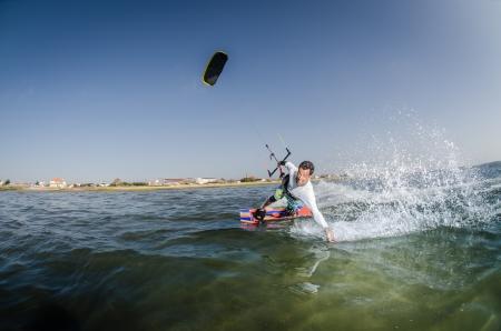 Kiteboarder viel Spaß beim Surfen an einem sonnigen Tag. Standard-Bild