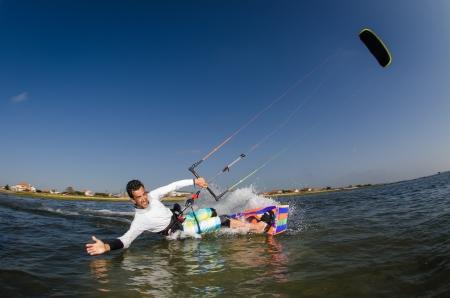 Kiteboarder geniet van surfen op een zonnige dag.