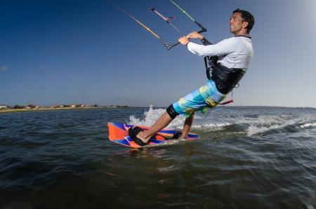 kitesurfen: Kiteboarder genieten van surfen op een zonnige dag. Stockfoto