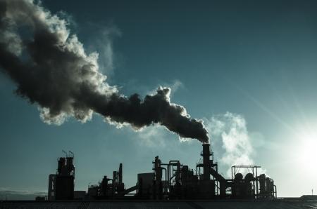 productos quimicos: Fumar chimenea al atardecer del complejo de edificios industriales.