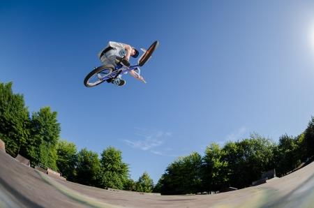 Hohe BMX Sprung in einem Skate-Park. Lizenzfreie Bilder