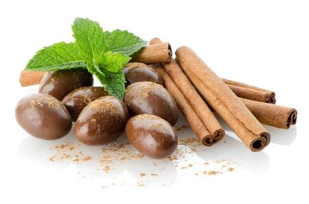 cacao: Dulces de chocolate sobre fondo blanco reflectante.