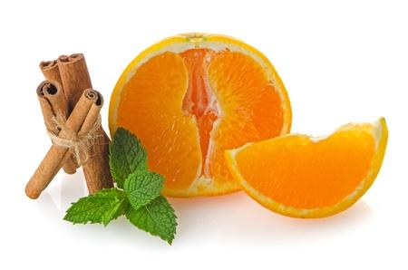 segmento: Un segmento di frutta arancia o paletta isolato su sfondo bianco. Archivio Fotografico