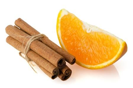 segment: Un segmento di frutta arancia o paletta isolato su sfondo bianco. Archivio Fotografico