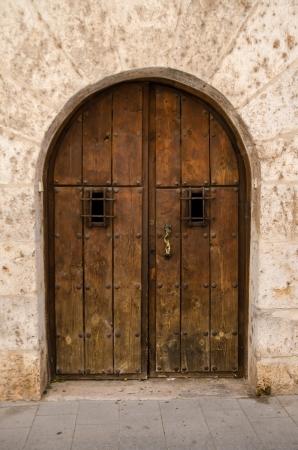 Alte Holztür von der mittelalterlichen Epoche. Standard-Bild