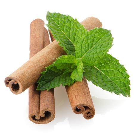 cinnamomum: Cinnamon sticks on white reflective background.