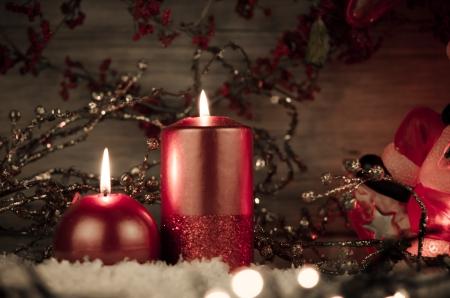 adornos navideños: Dos velas decoradas en un festivo decoración de Navidad.
