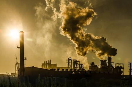 Die Luftverschmutzung aus Fabrik Rauch Stacks über Sonnenuntergang. Globale Konzept Erde bewahren. Halt globale Erwärmung