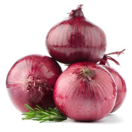 Rote Zwiebeln isoliert auf wei?em Hintergrund
