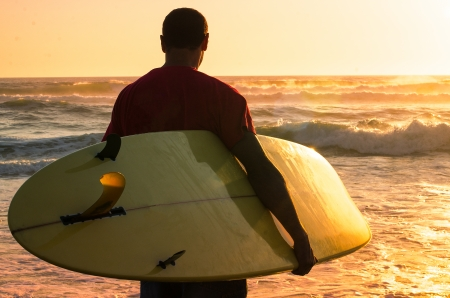 A surfer watching the waves at sunset in Portugal. Фото со стока - 24001603