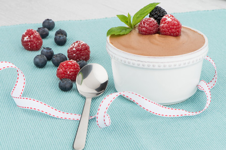 chocolade mousse: Chocolate mousse and red fruits.