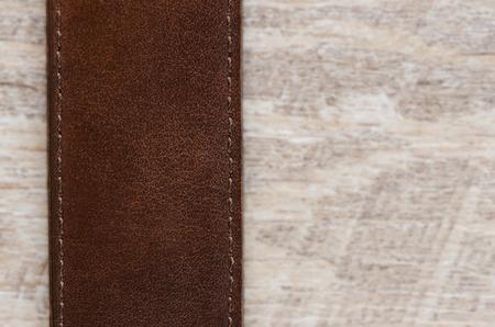 suede belt: Cintur�n de cuero sobre fondo de madera.