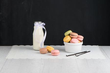 french pastry: Macarons cl�sicos con frambuesa, caf�, chocolate y pistachos rellenos de crema, pasteles franceses
