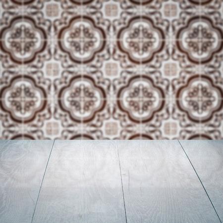 Leere Holztischplatte Und Unschärfe Vintage Keramische Fliesen Muster Wand  Im Hintergrund, Vorlage Für Die Anzeige