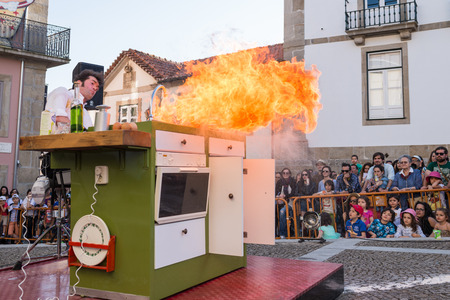 holand: FEIRA PORTUGAL  MAY 23 2015: The Yelling Kitchen Prince performed by Bram Graafland from Holand during the Imaginarius 2015 festival. Editorial