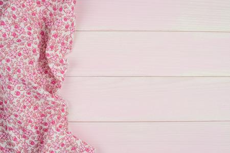 Rosa Handtuch über hölzerne Küchentisch. Ansicht von oben.