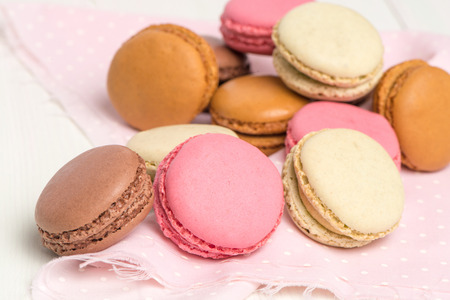 pasteleria francesa: Delicious Macarons, French Pastry Cookies with Cream.