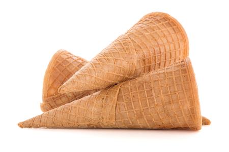 helado cucurucho: Wafer conos sobre fondo blanco.